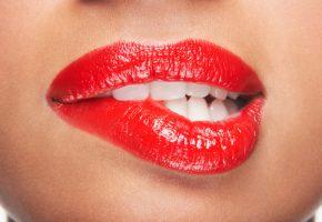 Женщины с красной помадой