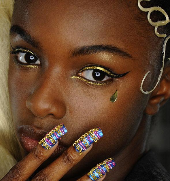 Золотые стрелки в макияже