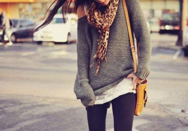 черные леггинсы со свитером