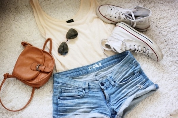 белые конверсы с джинсами и шортами